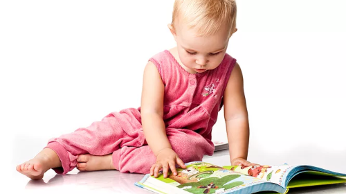 Knjige ne služe samo za čitanje. Upoznajte i bebe sa njima