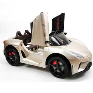 Auto na akumulator, model 244-1 zlatni