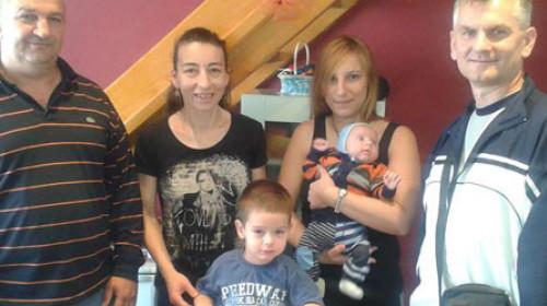 Stolar Mile pravi stolice za hranjenje beba i poklanja ih ljudima