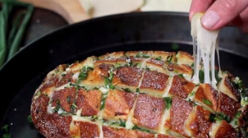 Hleb sa sočnim sirom i lukom -VIDEO