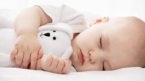 Znate li zašto beba od prvih dana treba da se uspavljuje sama