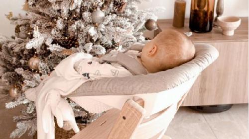 Nema veze što je mala, bebi je mesto za prazničnom trpezom