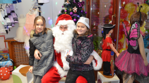 Novogodišnji paketići prodaju se uz popust na najam Deda Mraza